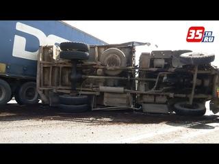 В Вологодском районе столкнулись фура, автобус и грузовик
