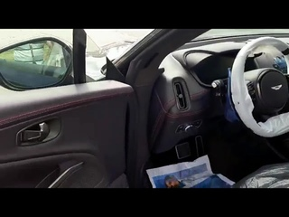Выгрузка Aston Martin DBX в автосалоне.