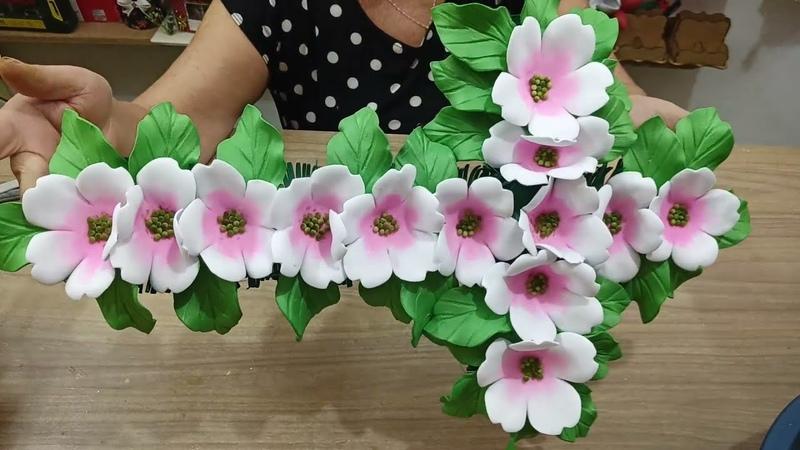 Enfeite para túmulo em forma de cruz com flores e eva