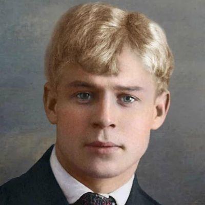 В этот день, третьего октября, с разницей в 22 года родились русский писатель Иван Шмелёв (в 1873 году) и поэт Сергей Есенин (в 1895 году)